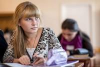 Dasha Kozlov (16 jr) volgt Engelse les in de lokale school in Hranitne, een dorpje nabij Donetsk, in Oost-Oekraïne. Het dorp ligt in de frontlinie.