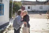 Dasha Kozlov geeft haar moeder Vera een afscheidskus voordat ze naar school gaat in het dorp Hranitne.